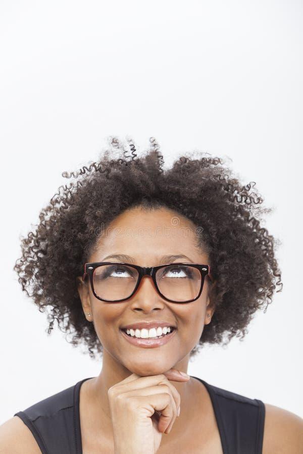 För afrikansk amerikanflicka för blandat lopp bärande exponeringsglas royaltyfria bilder