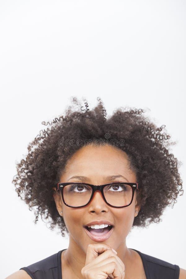För afrikansk amerikanflicka för blandat lopp bärande exponeringsglas arkivbild