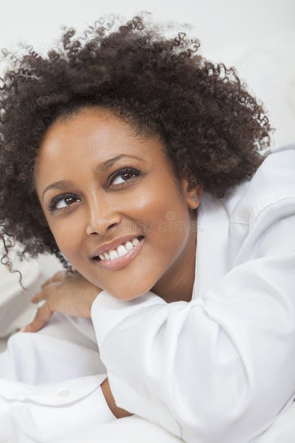 För afrikansk amerikankvinna för blandat lopp flicka i den vita skjortan royaltyfria foton