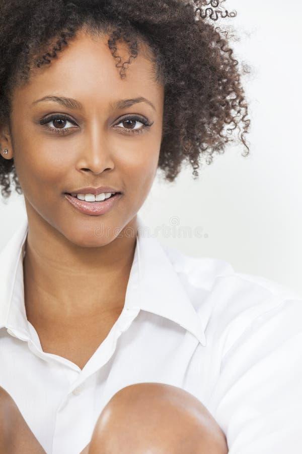 För afrikansk amerikankvinna för blandat lopp flicka i den vita skjortan arkivbild