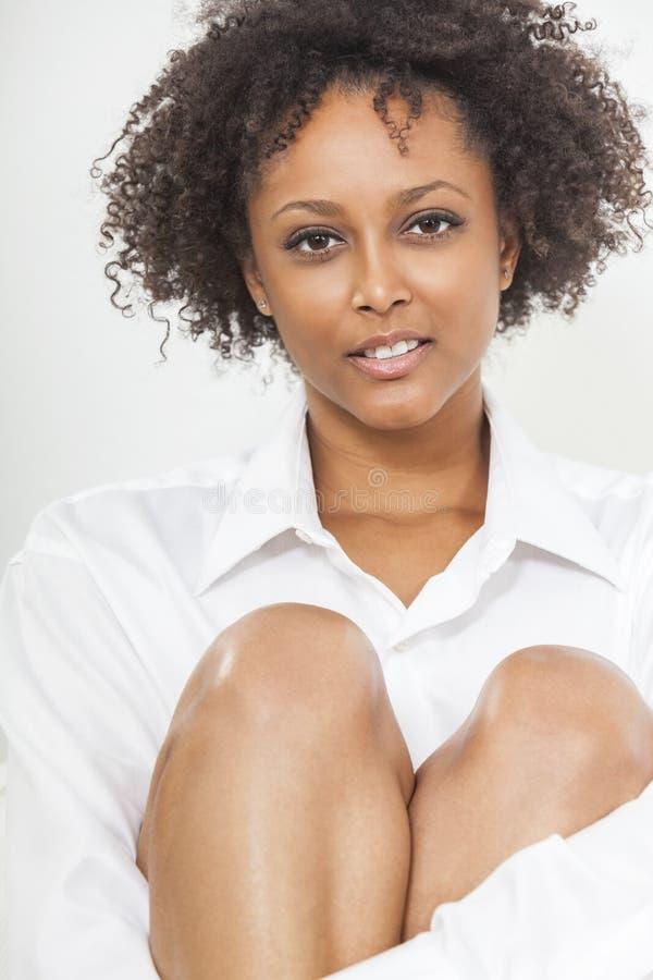 För afrikansk amerikankvinna för blandat lopp flicka i den vita skjortan royaltyfri foto