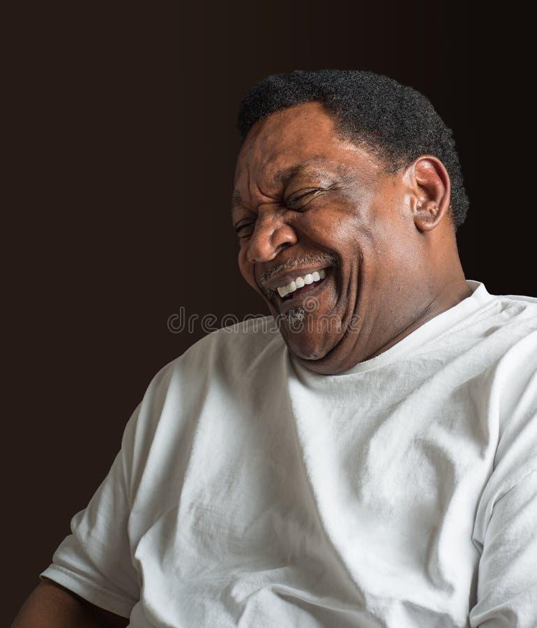 För afrikansk amerikanman för mitt åldrigt skratta royaltyfri bild