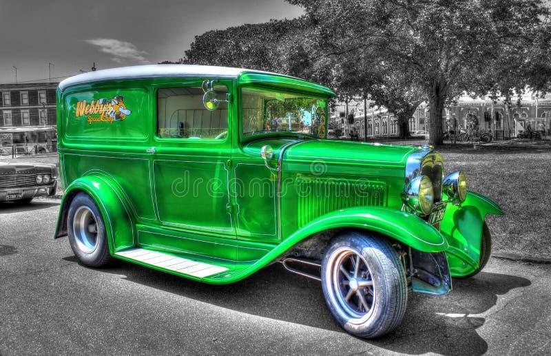 för amerikanFord Model A för 30-tal klassisk skåpbil leverans på en svartvit bakgrund arkivfoto