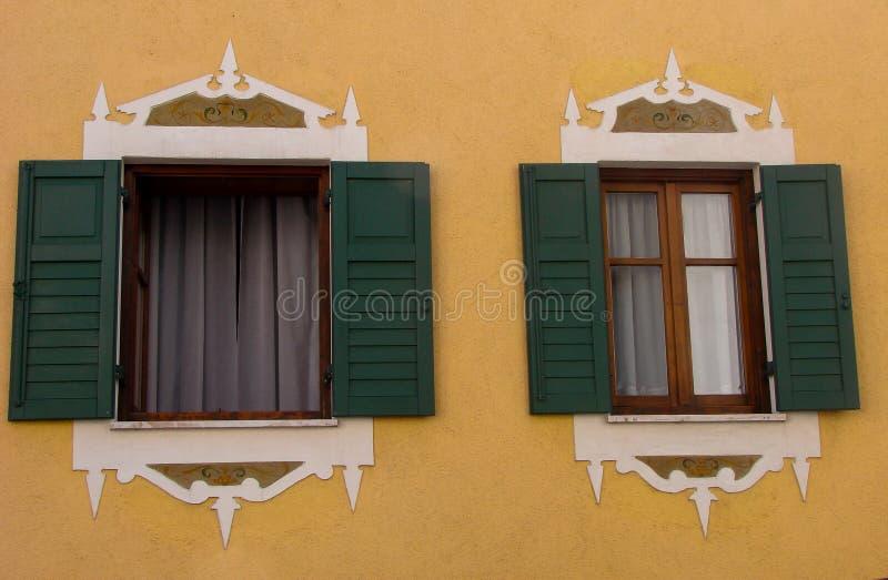 För Ampezzo Italien stängde det öppna tirol för den gamla tyrol för ` för Windows Italien husCortina D arhitecturen konst fönstre royaltyfri bild