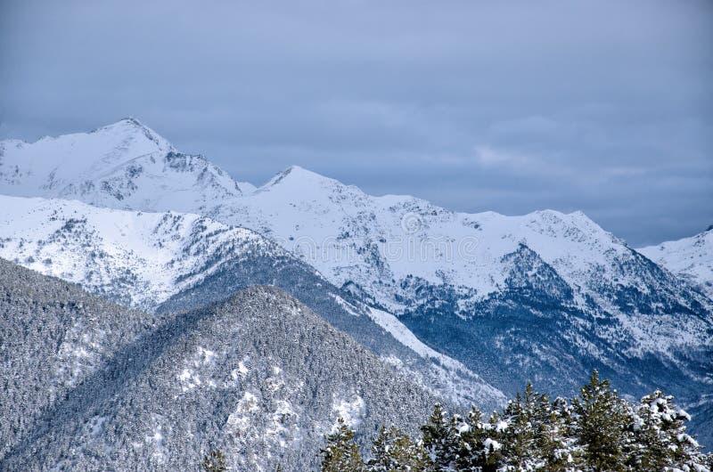 För Andorra för snö dold bergskedja ` s arkivfoton