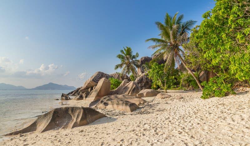 ` För Anse källa som D är argent på La Digue Seychellerna royaltyfria bilder