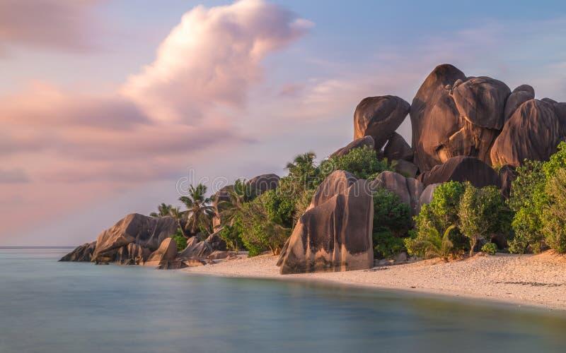 ` För Anse källa som D är argent på La Digue Seychellerna royaltyfri bild