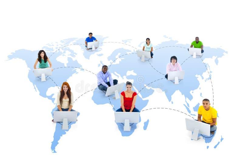 För anslutningsgemenskap för globala kommunikationer begrepp för teamwork arkivfoto
