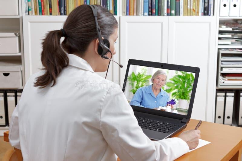 För appellpatient för doktor videopp droger royaltyfri foto