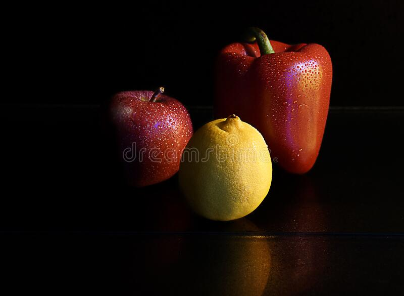 För Apple för röd spansk peppar röd citrus citron arkivfoto
