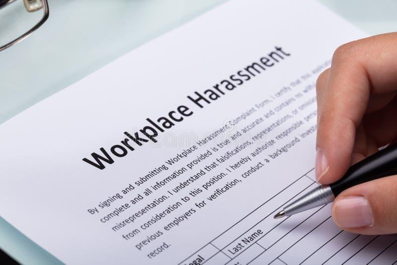F?r arbetsplatsmobbning f?r kvinna fyllande form royaltyfria bilder