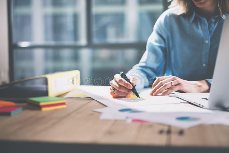 För arkitektarbete för foto ungt begrepp Kvinna som arbetar med nytt startup projekt i modern vind Generisk designanteckningsbok  arkivfoton