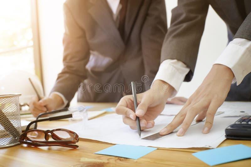 För arkitekturskott för två man som tekniker diskuterar mötet för arkitektoniskt projekt med partneraffärsmannen Close upp skott royaltyfria foton