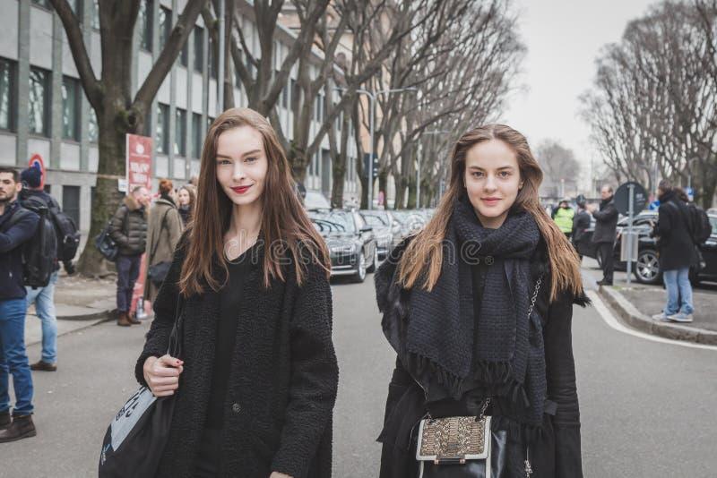 För Armani för härliga modeller utvändig byggnad modeshow för Milan royaltyfria foton