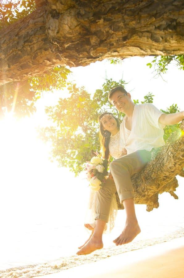 För asiat gift par nyligen royaltyfria foton