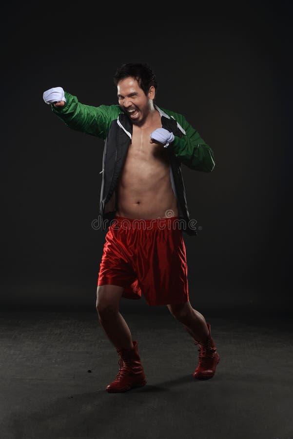 För asiatisk övande stansa manboxare för idrottsman nen arkivfoton
