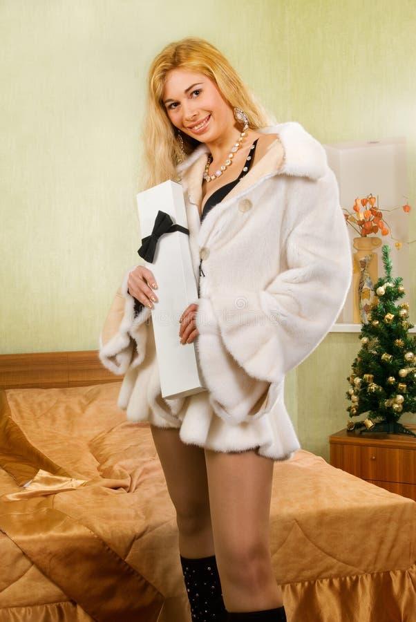 för askgåva för sovrum sexig blond holding royaltyfri bild