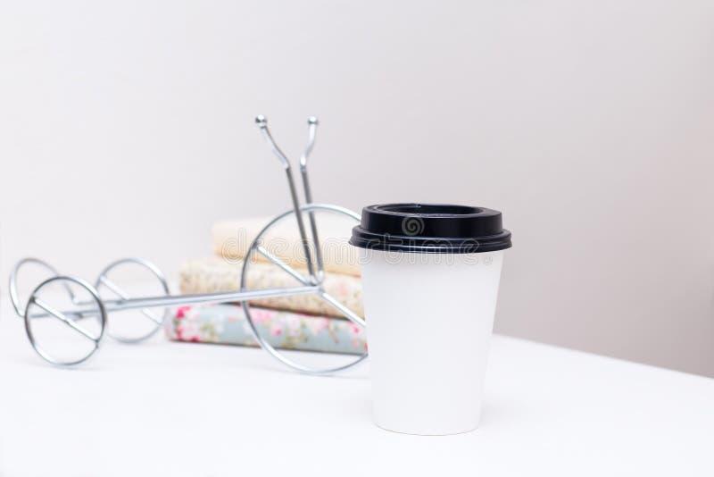 För avhämtning kaffe i thermo vit kopp på tabellen royaltyfri foto