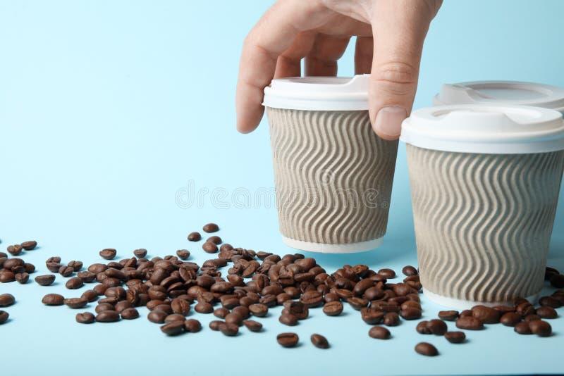 För avhämtning kaffedrink Purpur bok p? tabellen arkivbilder
