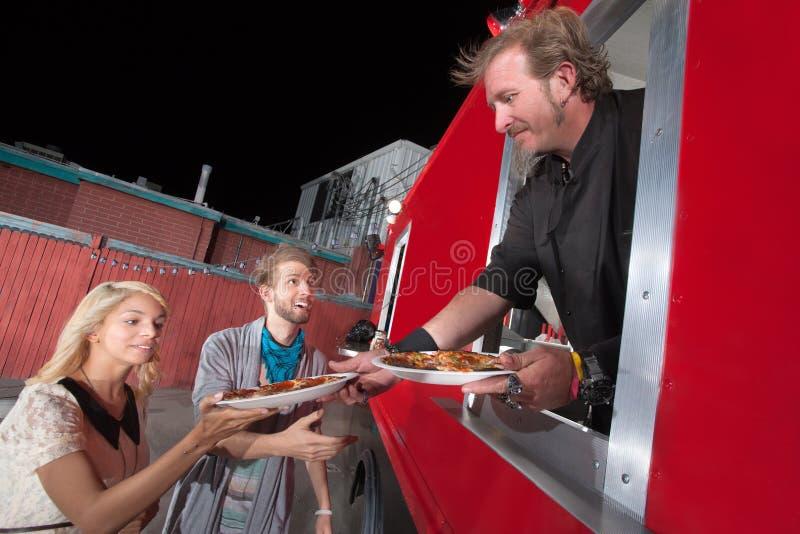 För avhämtning pizza för portion från matlastbilen arkivbild