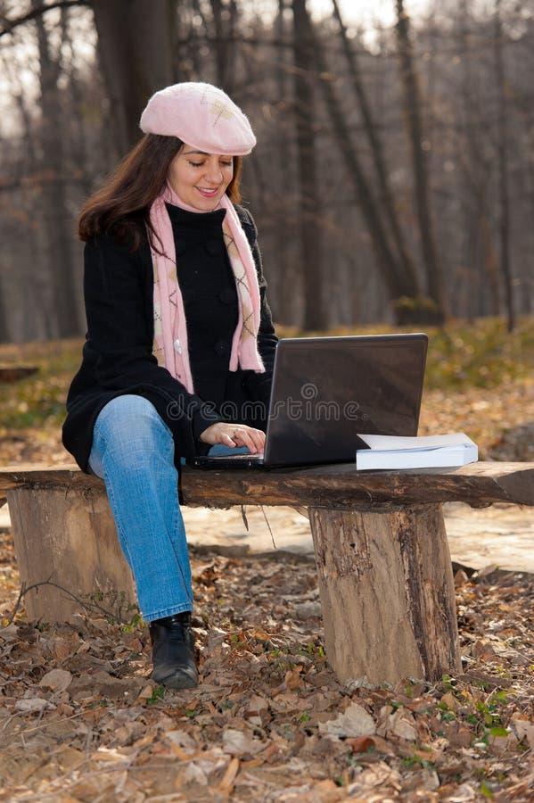 för bärbar dator kvinnabarn utomhus royaltyfria foton