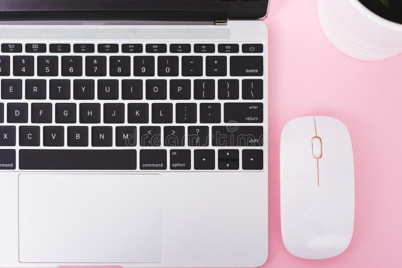 För bärbar datordator för bästa sikt anteckningsbok och trådlös mus royaltyfria bilder