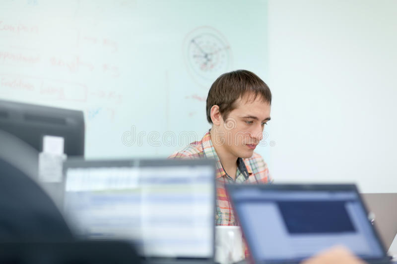 För bärbar datorsammanträde för affärsman funktionsdugligt skrivbord för kontor royaltyfria bilder