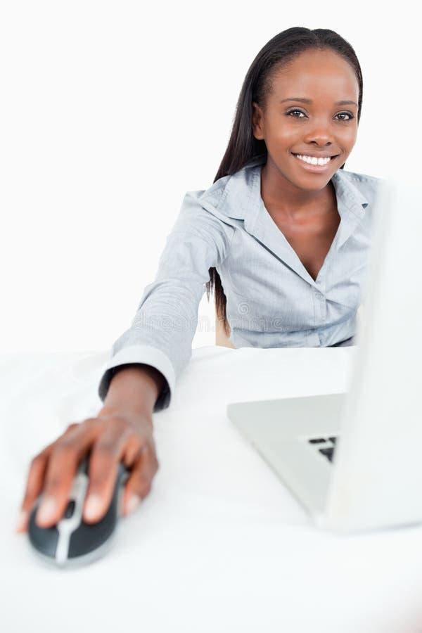 för bärbar datorstående för affärskvinna gulligt använda arkivbilder
