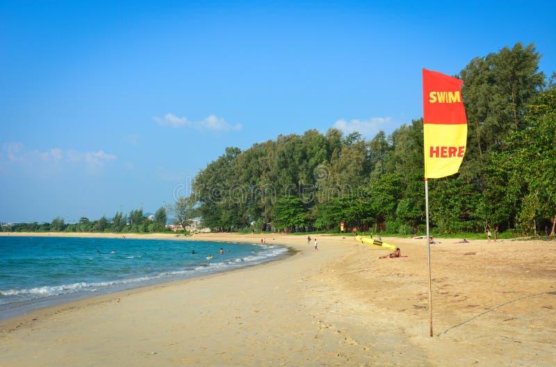 För bad flagga här eller säkerhetsflagga på stranden för att informera turisten, Phuket, Thailand arkivfoto