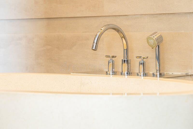 För badkar- och vattenvattenkran för härlig lyxig elegans vit garnering i badrum royaltyfria foton