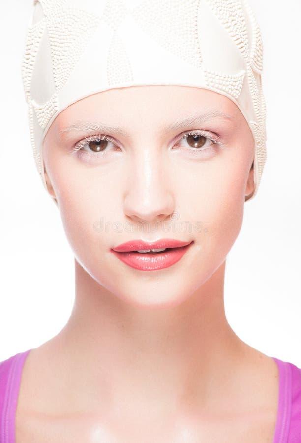 För badlock för blond modell isolerad bärande stående arkivfoto