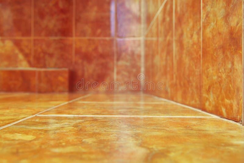 För bakgrund Moderna keramiska tegelplattor i badrum Varm färgsignal kopiera avstånd Selektivt fokusera arkivbild