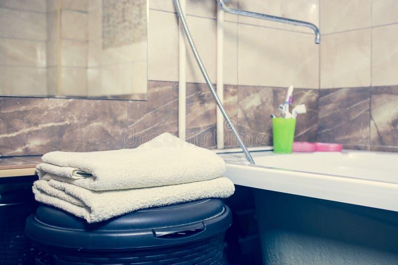 För bakgrunds- och vitbrunnsort för suddigt badrum inre handdukar på marmor fotografering för bildbyråer