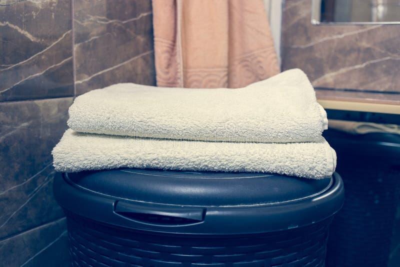 För bakgrunds- och vitbrunnsort för suddigt badrum inre handdukar på marmor arkivfoto