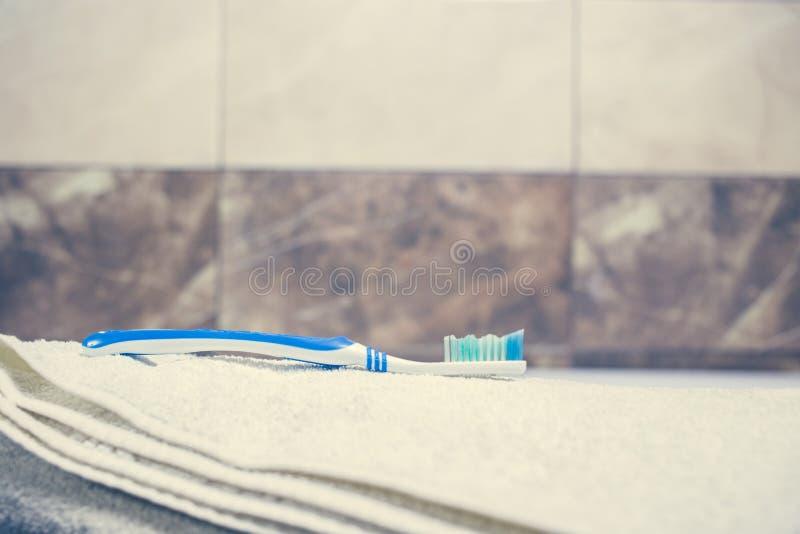 För bakgrunds- och vitbrunnsort för suddigt badrum inre handdukar på marmortandborsterakkniven fotografering för bildbyråer