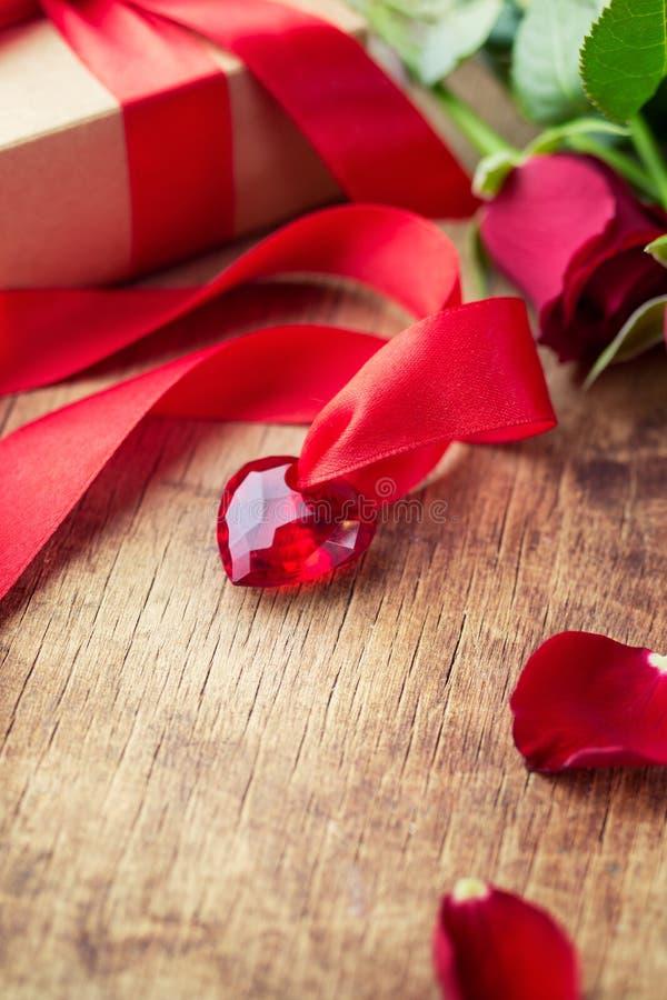 för bakgrundsdagguld röd s valentin för hjärtor arkivbild