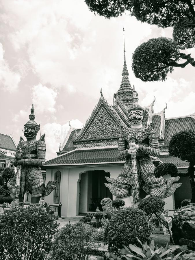 För Bangkok Thailand för arkitektur för forntida tempel för turistdestination dörrvakter för gateangel för jättar för slott histo royaltyfri bild