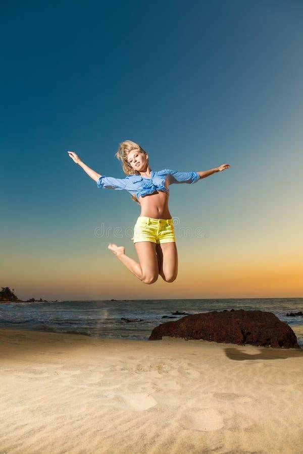 för banhoppningkvinna för strand lyckligt barn royaltyfria bilder