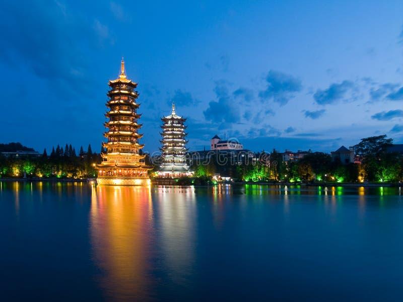 för banyan lakepagodas ner royaltyfria bilder