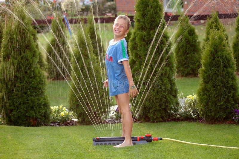 för barnträdgård för 2 pojke sprinkler arkivbild