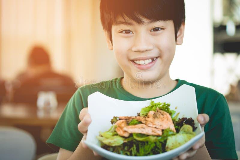 För barnvisning för sund livsstil asiatiskt le för sallad royaltyfria foton