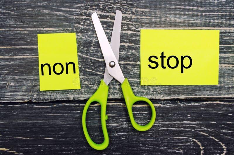 För begreppet stoppet non, handling, kan jag, målprestationen, spänning som övervinner saxen klippte ordet arkivbild