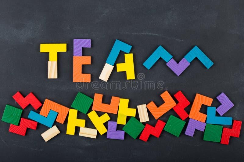 För begreppsbegrepp för teamwork idérik figursåg på svart tavla fotografering för bildbyråer