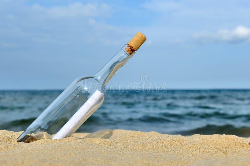för begreppsmeddelande för flaska kommande lopp för turism för hav fotografering för bildbyråer