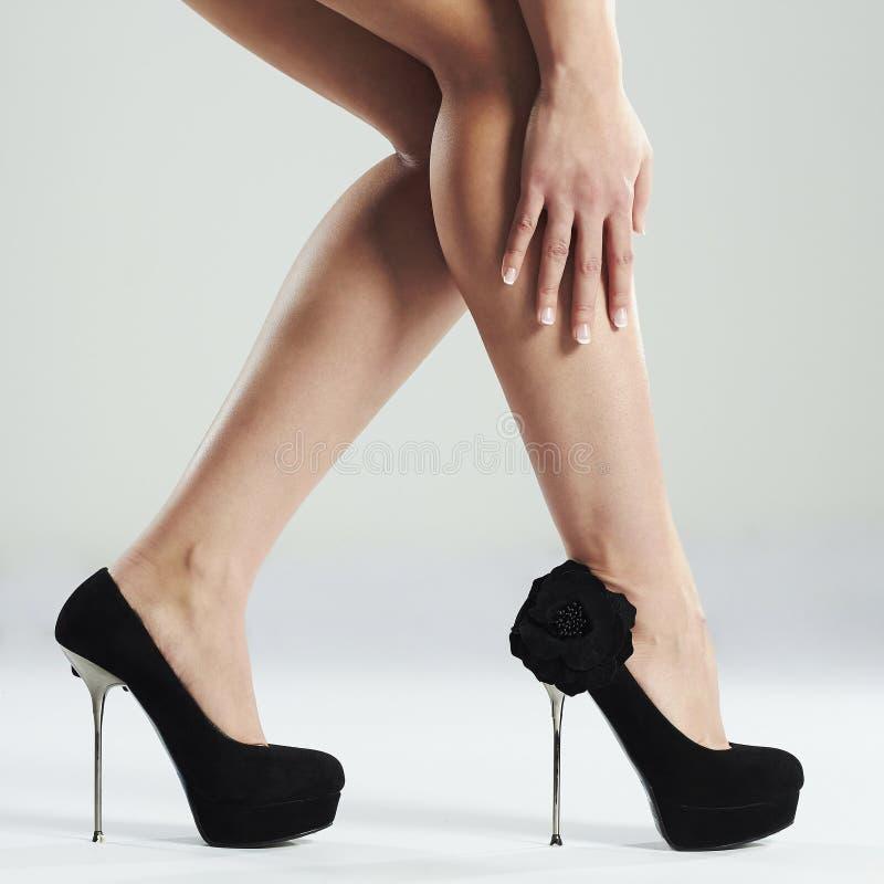 för ben sexig slank kvinna long Perfekta kvinnligben som bär höga häl royaltyfri foto