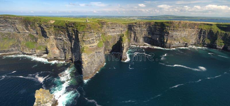 För berömt panoramautsikt för surr fågelöga för värld flyg- av klipporna av det Moher länet Clare Ireland arkivfoto