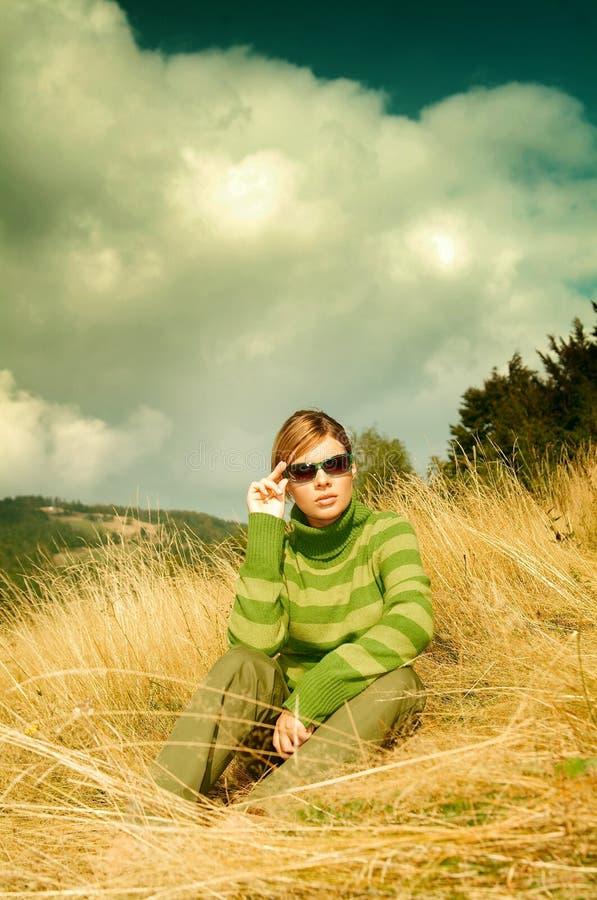 för berg kvinna utomhus royaltyfri fotografi
