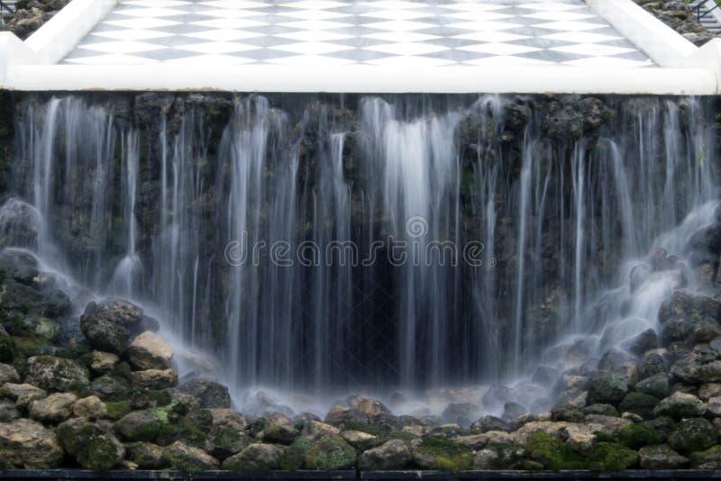 ` För berg för springbrunn`-schack, mystisk grotta med vattengardinen royaltyfria bilder