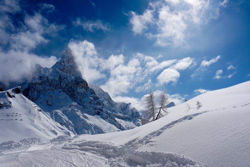 För berglandskap för snö maximal vinter för sol royaltyfria bilder