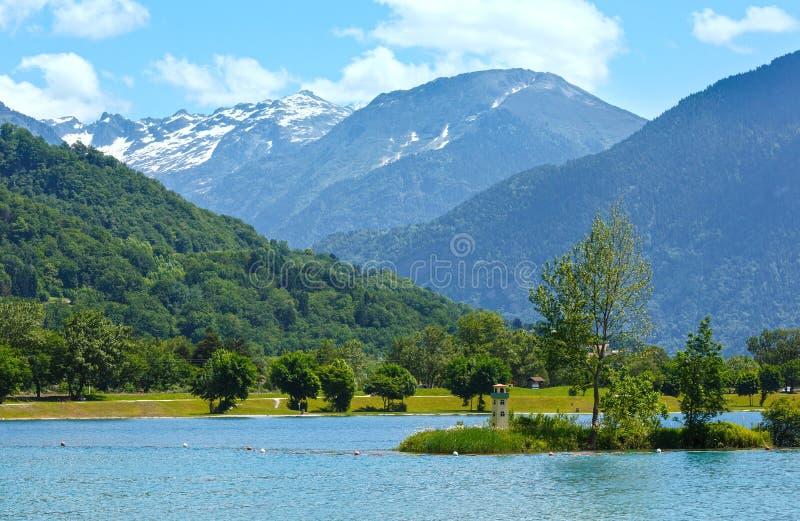 För bergmassiv för sjö Passy och Mont Blanc sikt för sommar. royaltyfria foton